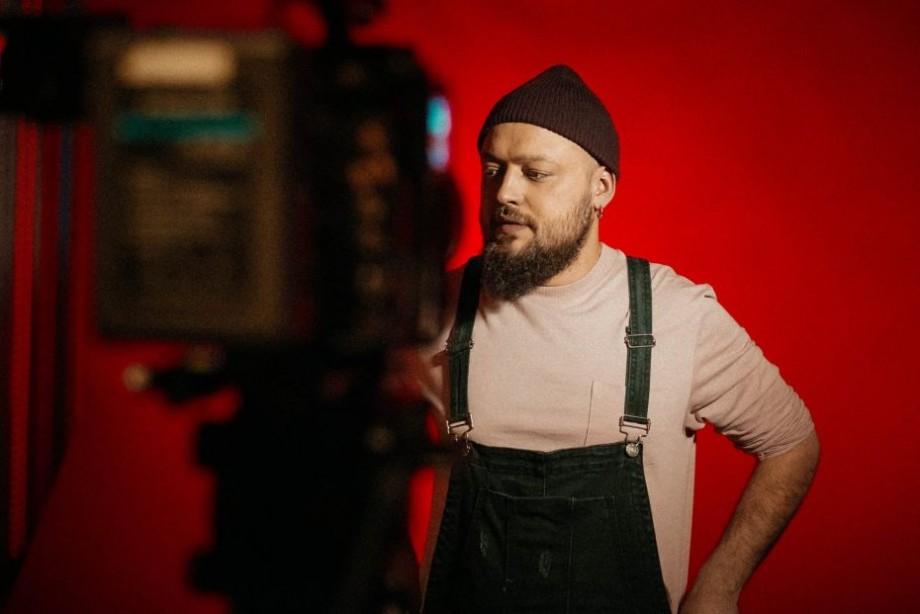 """(video) """"Ritmul inimii în pântece excită"""". Interpretul Guz a lansat videoclipul pentru noua piesă """"Dans nebun"""""""