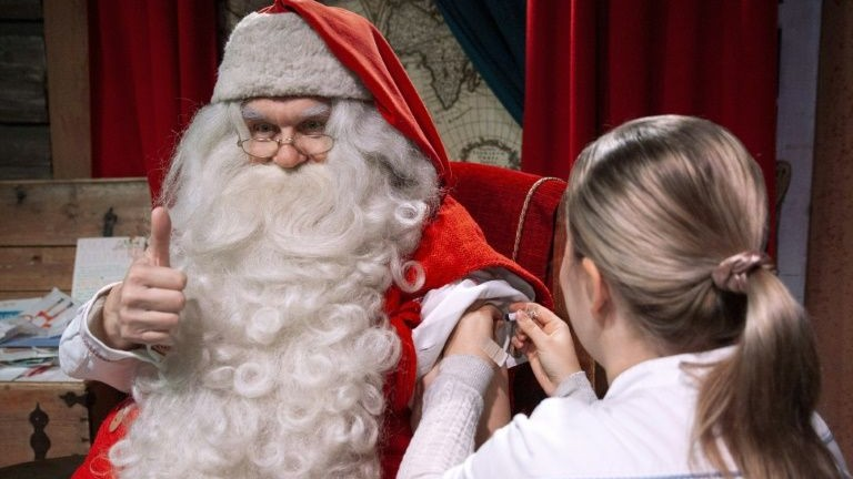 Moș Crăciun s-a vaccinat și a început recrutarea elfilor. Cum decurg pregătirile pentru sărbătorile de iarnă în Laponia