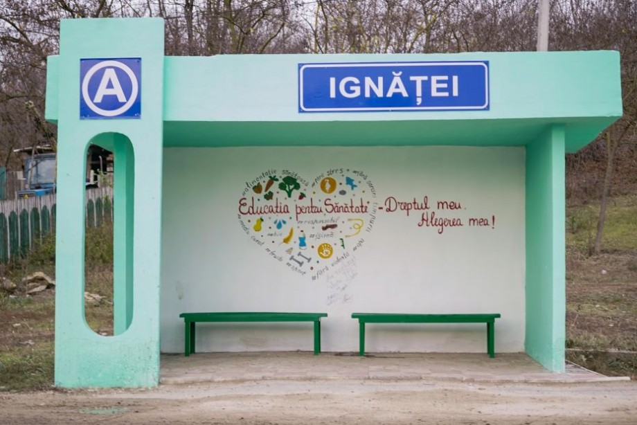 """(foto, video) Elevii din satul Ignăței au pictat stațiile din localitate cu simbolul """"Educației pentru sănătate"""""""