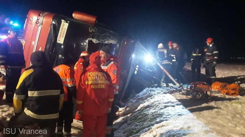 Un autocar cu moldoveni care venea din Italia s-a răsturnat în România. O persoană a decedat, alte șase sunt rănite