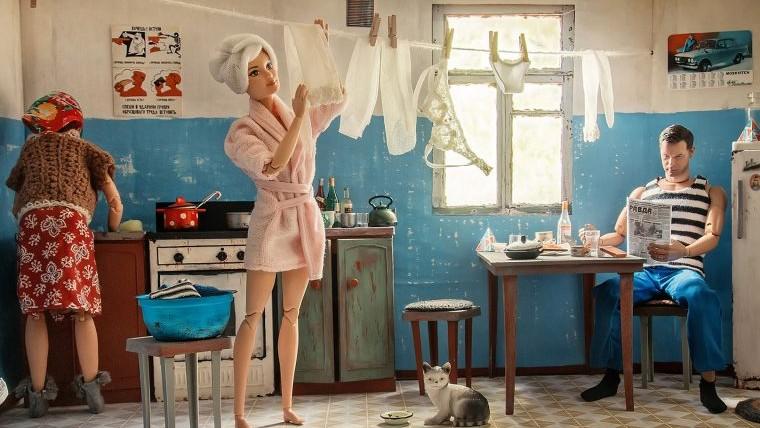"""(foto) Cum ar fi arătat viața lui Barbie și a lui Ken, dacă ar fi trăit într-o """"kommunalkă"""" sovietică"""