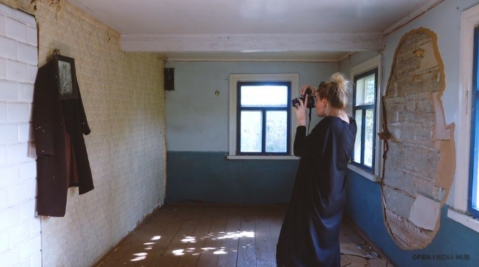 """(video) Being 20. """"Prinde în imagini trecutul"""". Povestea unei tinere din Belarus care descoperă satele pustii din țară"""
