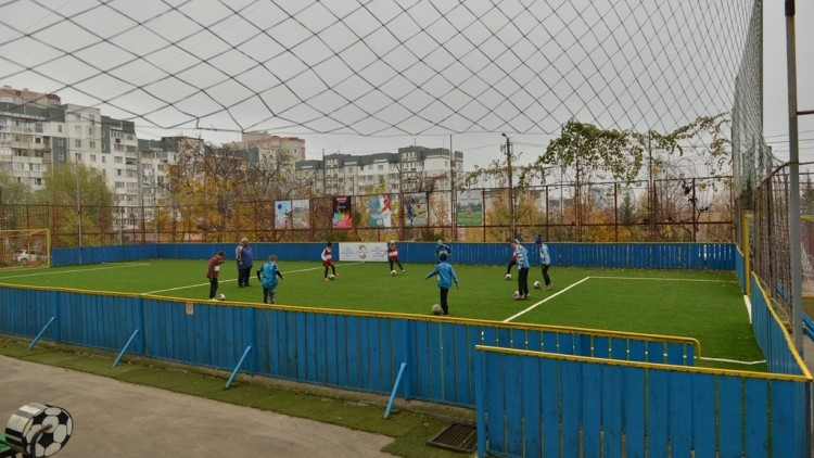 (foto) Încă un terenu de minifotbal a fost amenajat în Chișinău. Pe ce stradă se află acesta