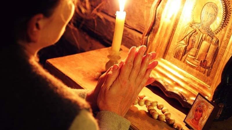 (studiu) La per tu cu rugăciunea. Moldovenii se roagă mai des în comparație cu alți europeni