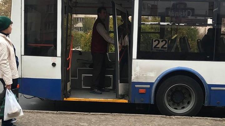 (foto) Ușa unui troleibuz de pe ruta 22 s-a prăbușit la stație. O femeie a scăpat fără traumatisme