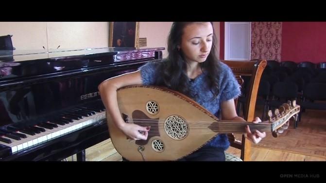 """(video) Being 20. """"Visam să devin muziciană, dar am ajuns activistă"""". Istoria undei tinere artiste din Armenia"""