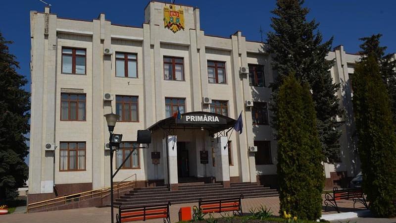 Primarul din Hîncești a numit două străzi din oraș în cinstea tatălui și a soacrei