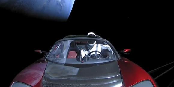 Într-o călătorie nesfârșită prin spațiu. Unde a ajuns acum mașina Tesla Roadster lansată de Elon Musk