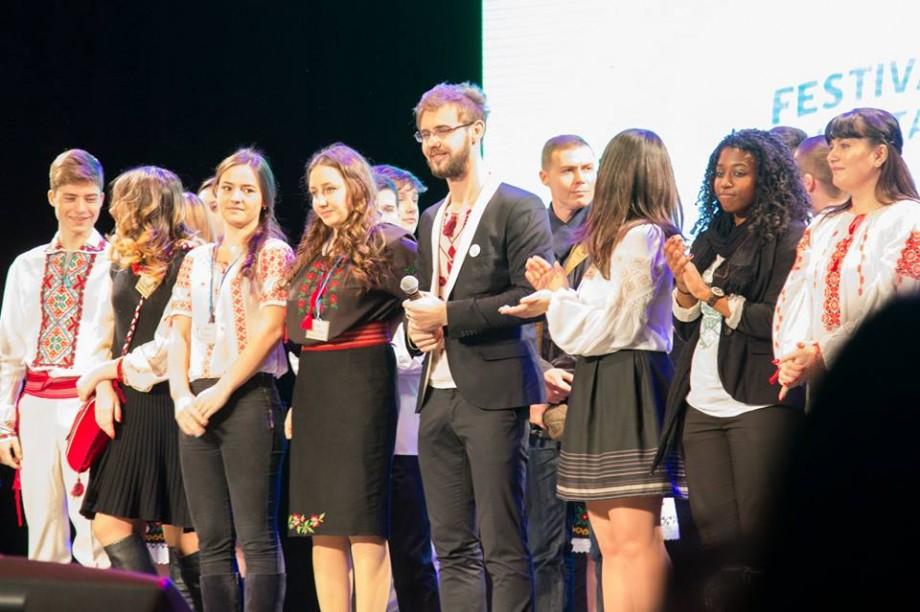 Tinerii din regiunea de sud pot participa la Festivalul Regional al Voluntarilor 2018. Cum te înscrii la concurs
