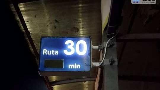 (foto) La stațiile din Chișinău au apărut panouri electronice care informează când vine troleibuzul