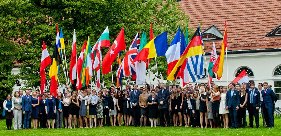 Colegiul Europei oferă burse pentru studii postuniversitare în Belgia şi în Polonia. Cum poți depune dosarul