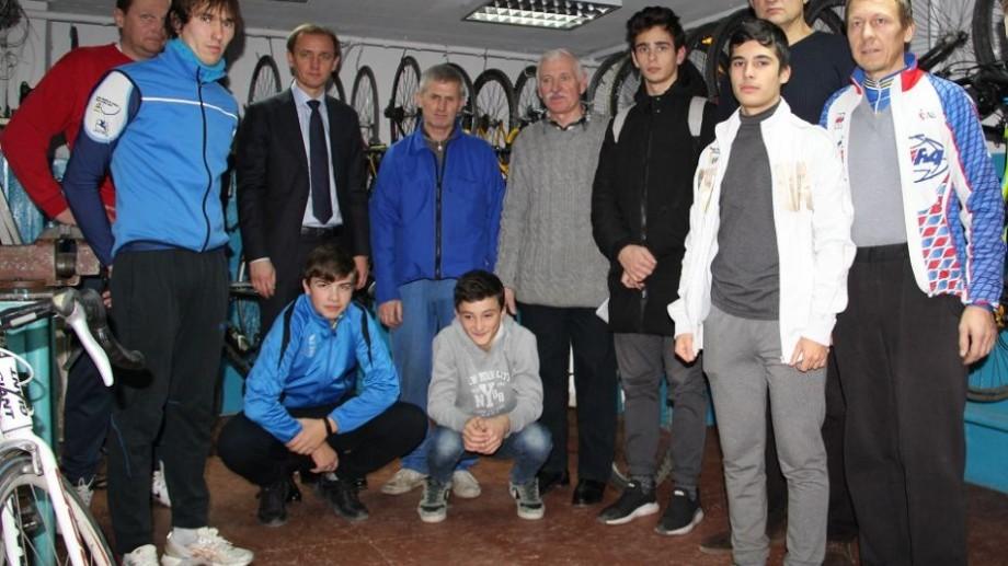 (foto) Școala Sportivă Specializată de ciclism din Chișinău fost dotată cu biciclete și echipament special