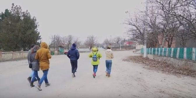 (video, vox) Mai mulți tineri din satul Șerpeni se plâng pe lipsa activităților extrașcolare