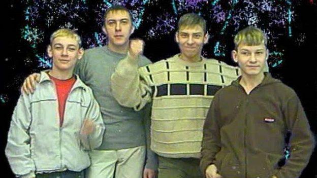 """(video) Legendele internetului: Cum arată băieții din """"Steklovata"""" la 16 ani după lansarea hitului """"Новый год"""""""