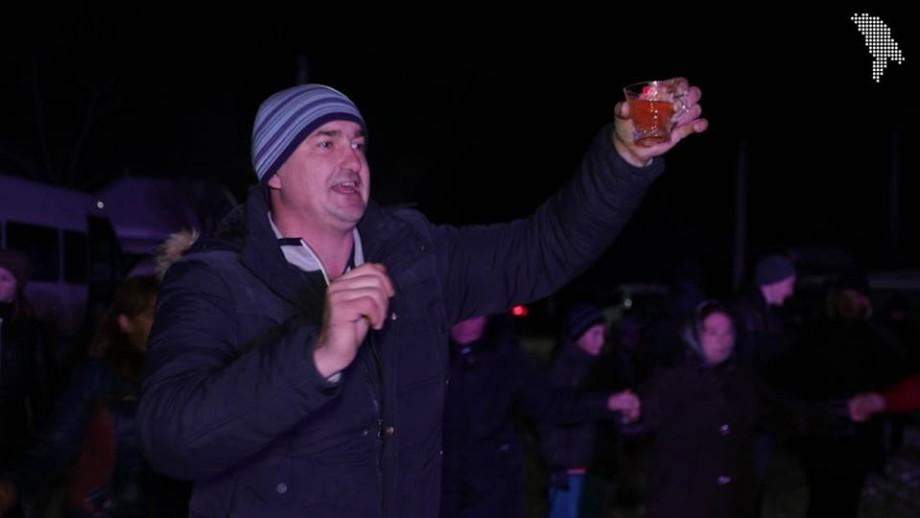 (video) Tradiții de iarnă: Un bărbat și-a cumpărat un sat din Strășeni cu șase mii de lei
