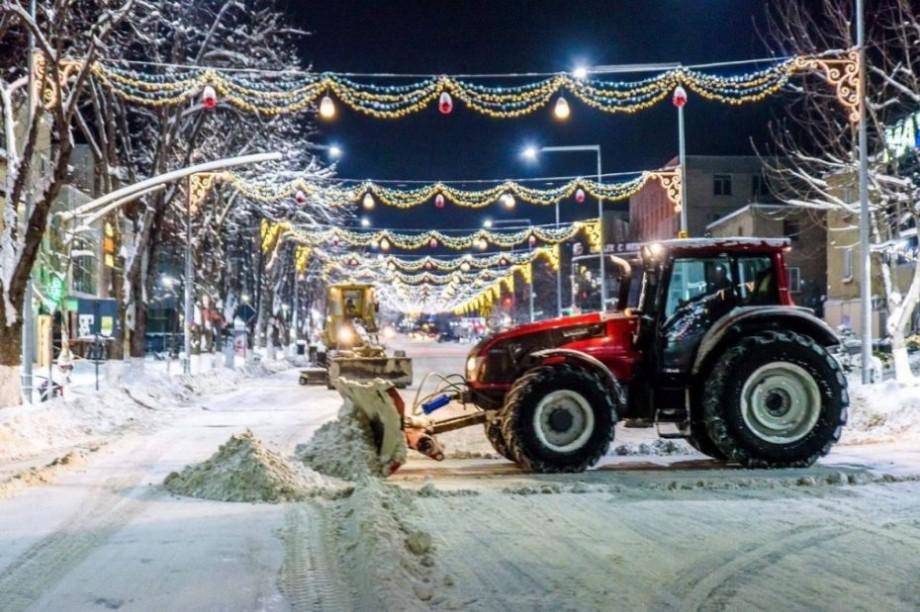 """(foto) """"Muncitorii au acționat toată noaptea la degajarea zăpezii"""". La Orhei se circulă fără dificultăți"""
