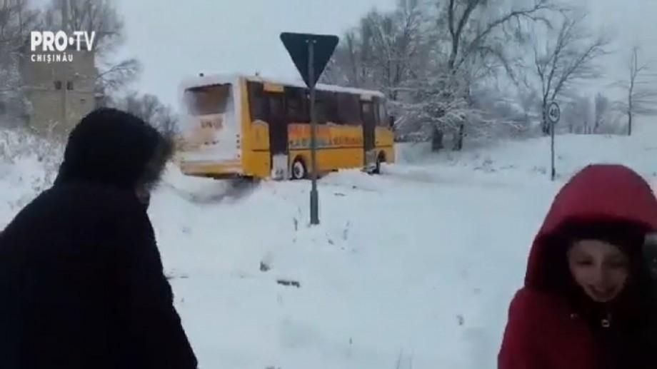 (video) Un autobuz școlar plin cu elevi a derapat de pe drum. Copiii au stat mai mult de o oră în frig