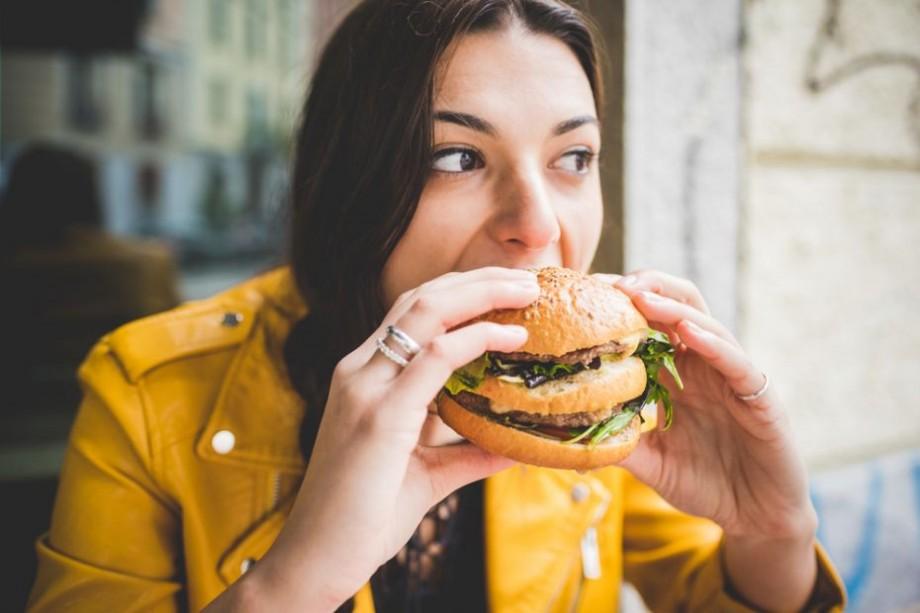 (foto) Unde în Chișinău poți mânca burger de o sută de dolari și ce conține acesta