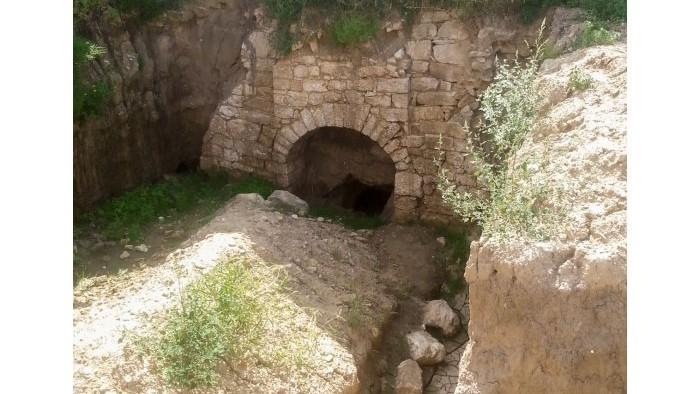(foto) Un tunel cu mai multe nişe în pereţi a fost descoperit într-o regiune din Moldova. Ce spun experții