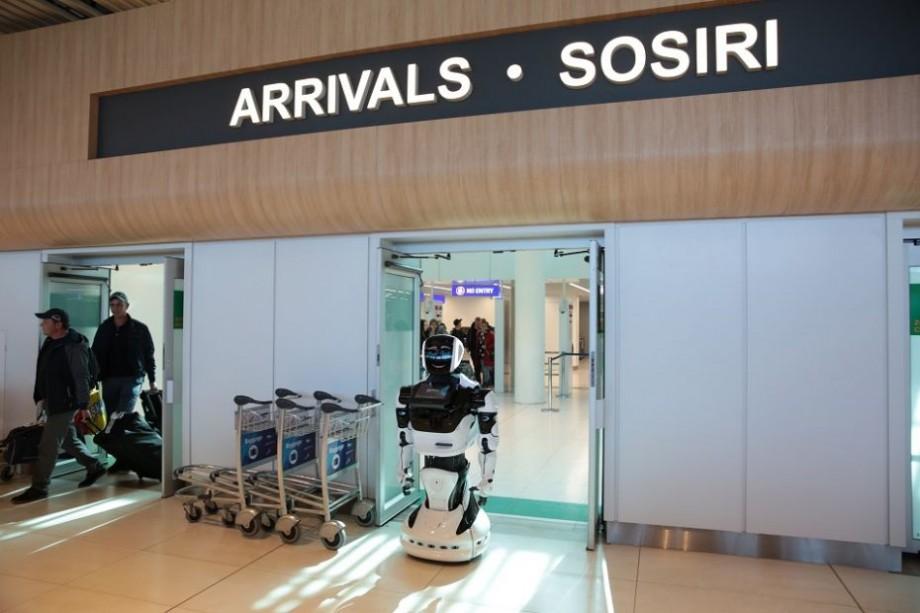 (foto) Un robot care recită poezii și răspunde la întrebări a aterizat la Chișinău. Unde-l poți vedea