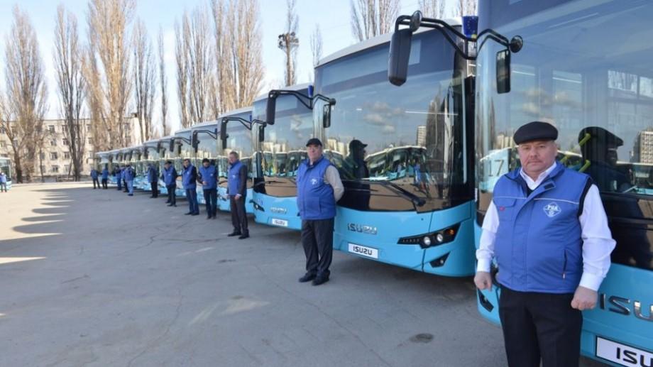 (foto) Municipalitatea a primit primele 25 de autobuze noi. Când vor începe să circule pe străzile Capitalei