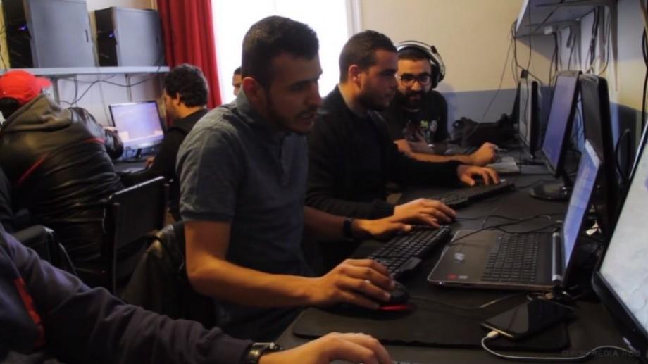 """(video) Istoria tânărului care a creat primul """"cyber-cafe"""" specializat în jocuri online din Algeria"""