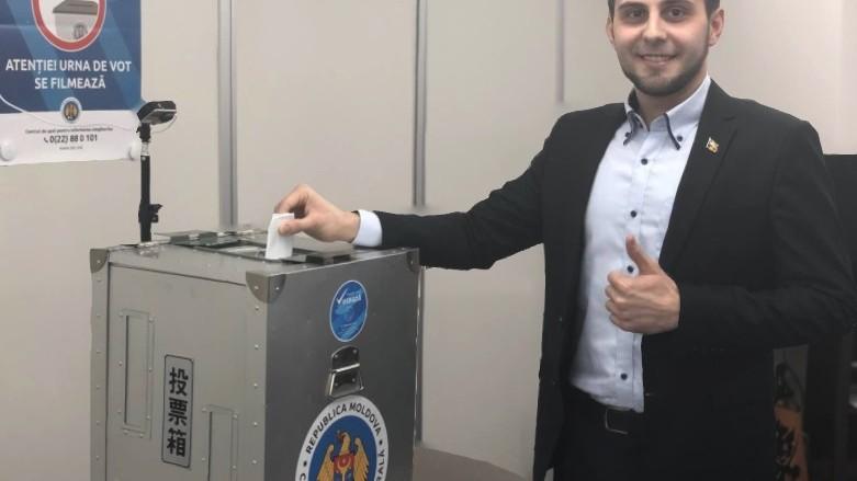 (foto) Cristian Cartofeanu este primul moldovean care a votat la Alegerile Parlamentare din 24 februarie