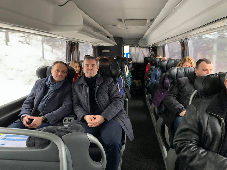 cu prietenul în avtobus