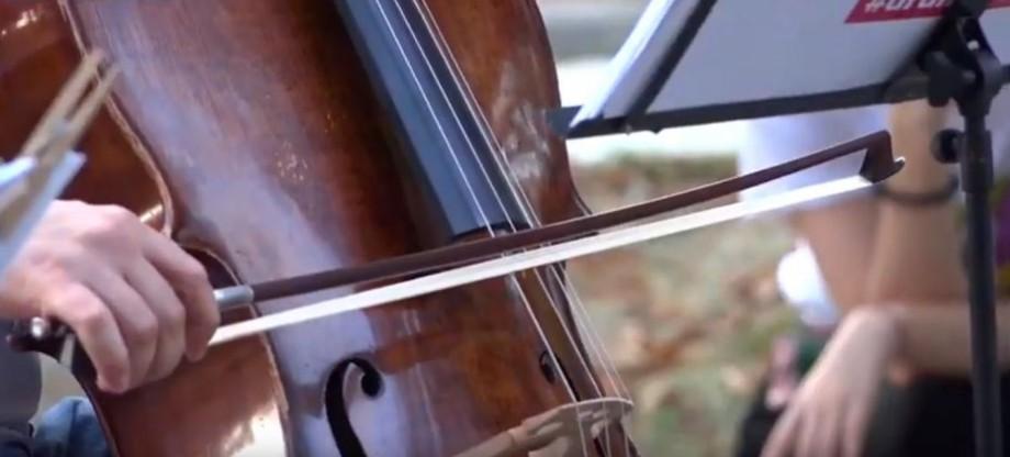 """(video) """"Cam toată viața mea fac muzică"""". Istoria fondatorului și conducătorului Moldovan National Youth Orchestra"""