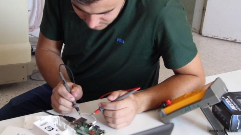 (video) Un tânăr a inventat ochelarii care îi ajută pe orbi să identifice lucrurile din jurul lor. Cum funcționează aceștia