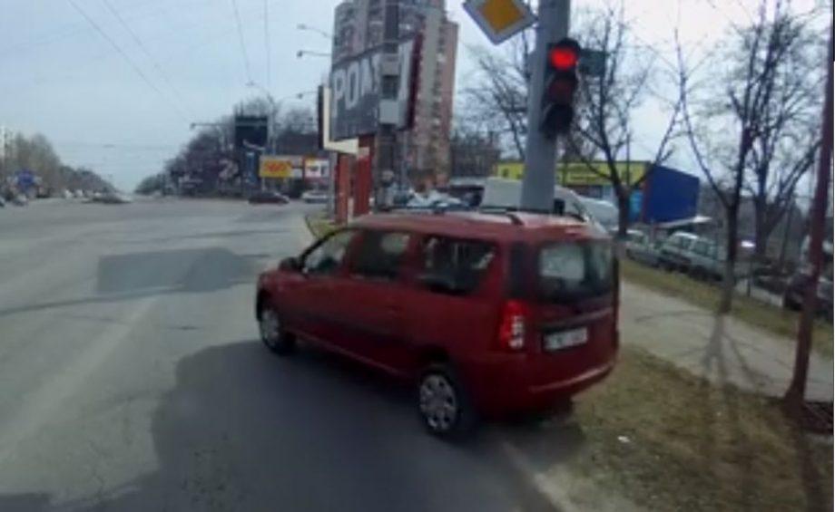 (video) Mașini care trec la roșu, merg pe trotuar și sar peste borduri. Scene ca în GTA pe străzile Chișinăului