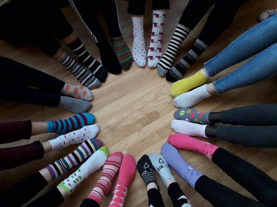 (foto, video) Elevii din Drochia au demonstrat că toți suntem diferiți. Tinerii au acceptat provocarea și au venit în ciorapi colorați la școală