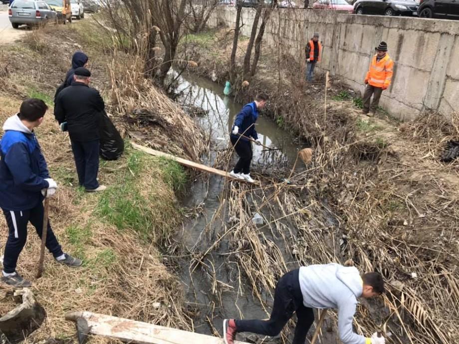 (foto) Peste 280 de saci de gunoi s-au strâns la acțiunea de salubrizare a albiei râului Durlești