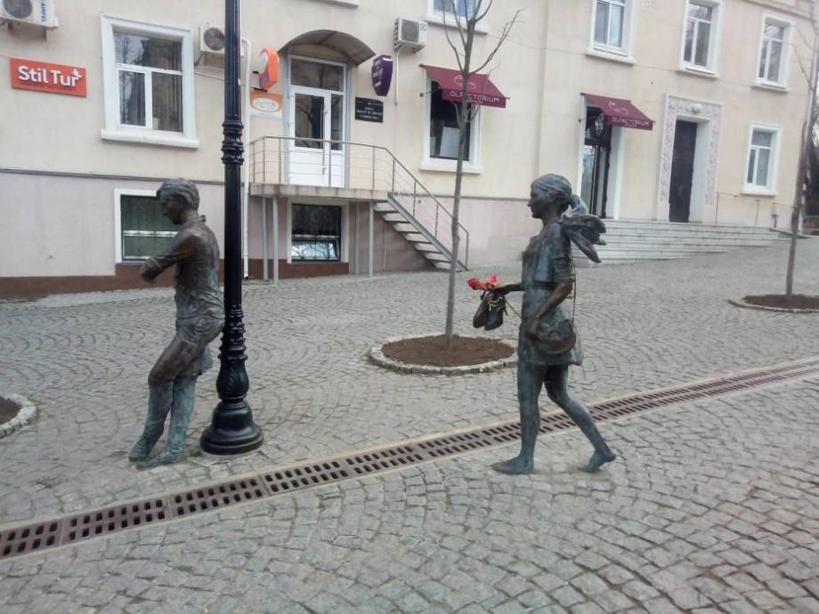 """(foto) Un """"admirator secret"""" a dăruit un trandafir sculpturii de pe strada pietonală"""