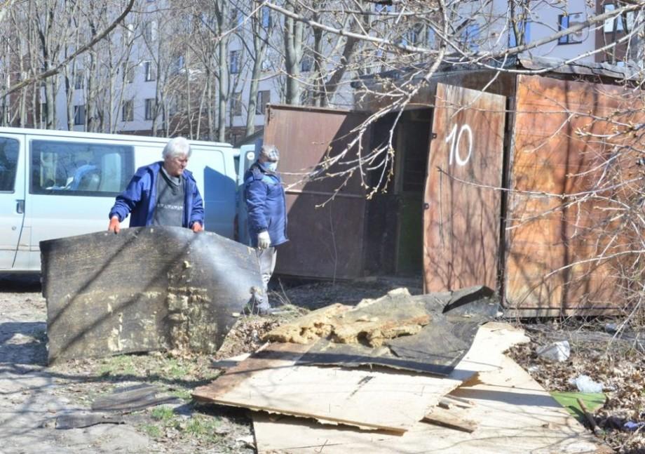 (foto) Zeci de garaje metalice neautorizate urmează a fi evacuate de pe bulevardul Mircea cel Bătrân