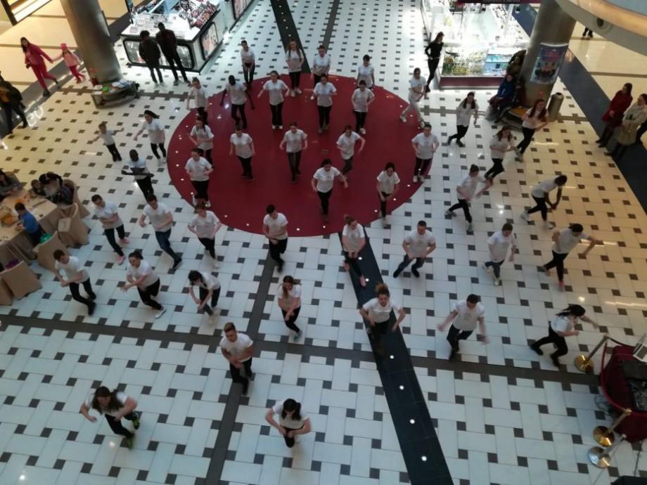(foto) 50 de studenți din întreaga țară au anunțat Ziua Internațională a Francofoniei printr-un Flashmob inedit