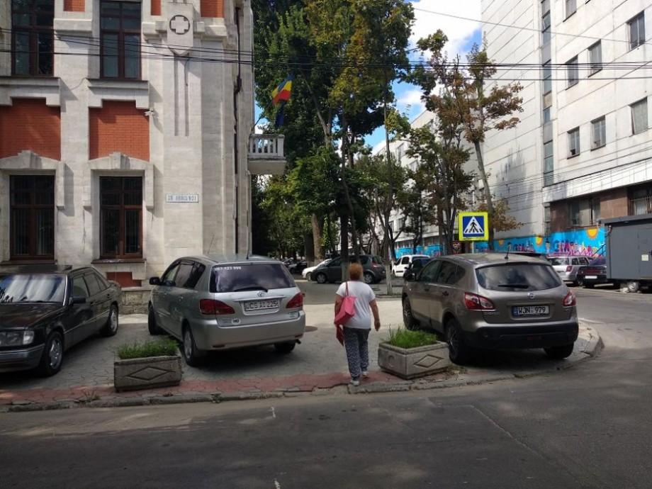 Aprobat de Guvern! Șoferii vor putea parca mașinile pe trotuar, lăsând 1,5 metri pentru circulația pietonilor