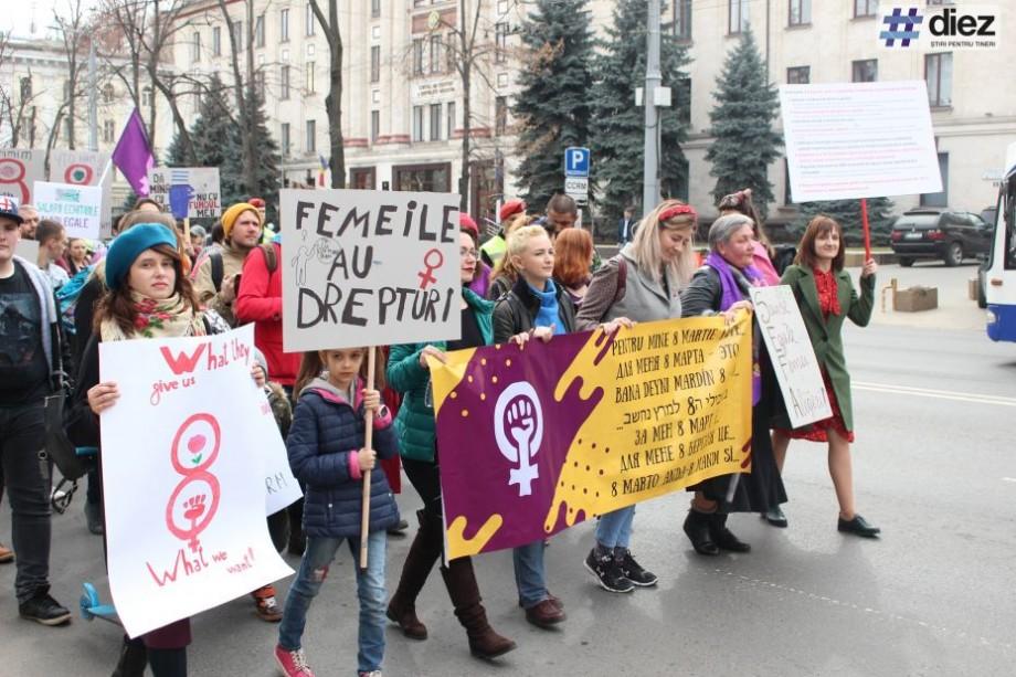 """(galerie foto) """"Vrem salarii pentru munca casnică"""". Cum s-a desfășurat Marșul Solidarității de 8 martie la Chișinău"""