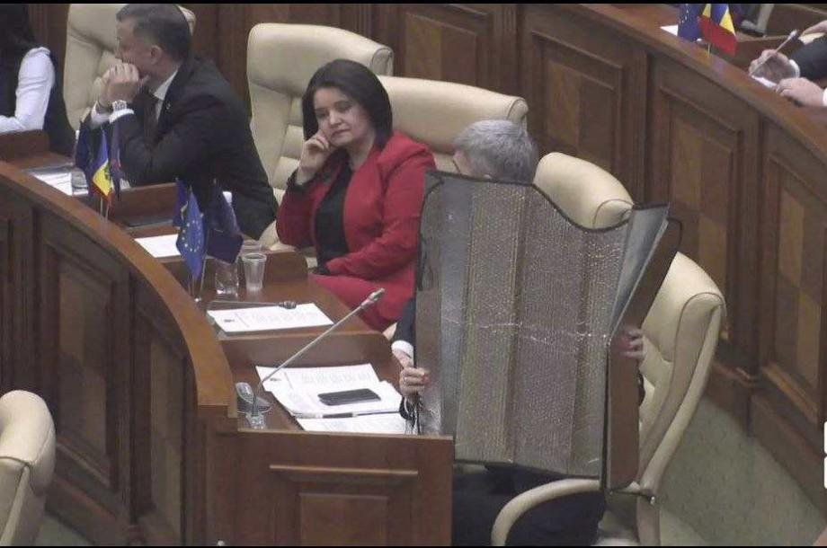 """(foto) Cele mai """"protejate"""" de mercur meme-uri de la prima ședință a Parlamentului"""