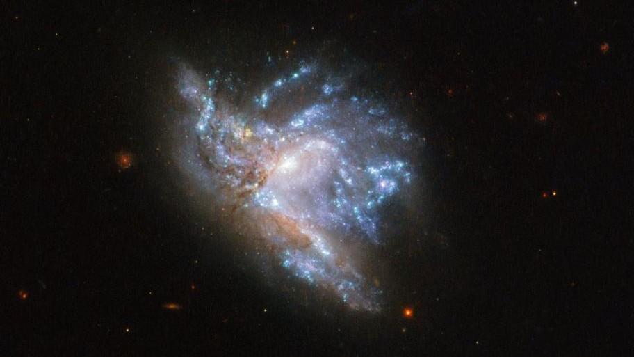 (video) Telescopul spațial Hubble a surprinsmomentul spectaculos de coliziune dintre două galaxii
