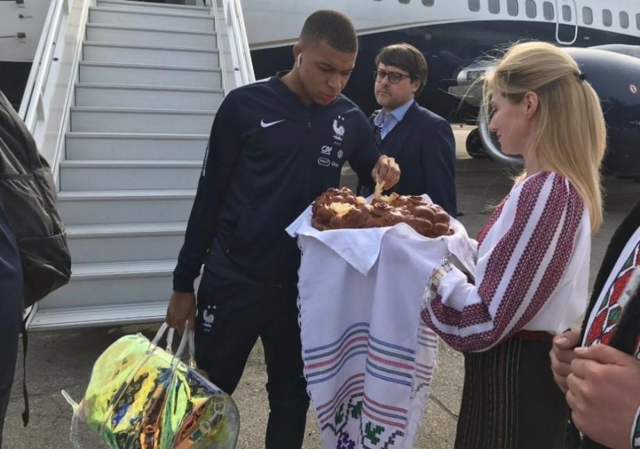 (foto) Jucătorii echipei naționale de fotbal a Franței au fost întâlniți cu pâine și sare la Chișinău