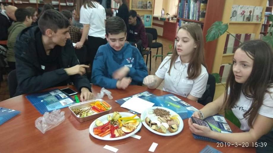 """Studenții de la UTM le-au povestit elevilor de la Liceul """"Ștefan cel Mare"""" ce este alimentația fast-food și efectele acesteia"""