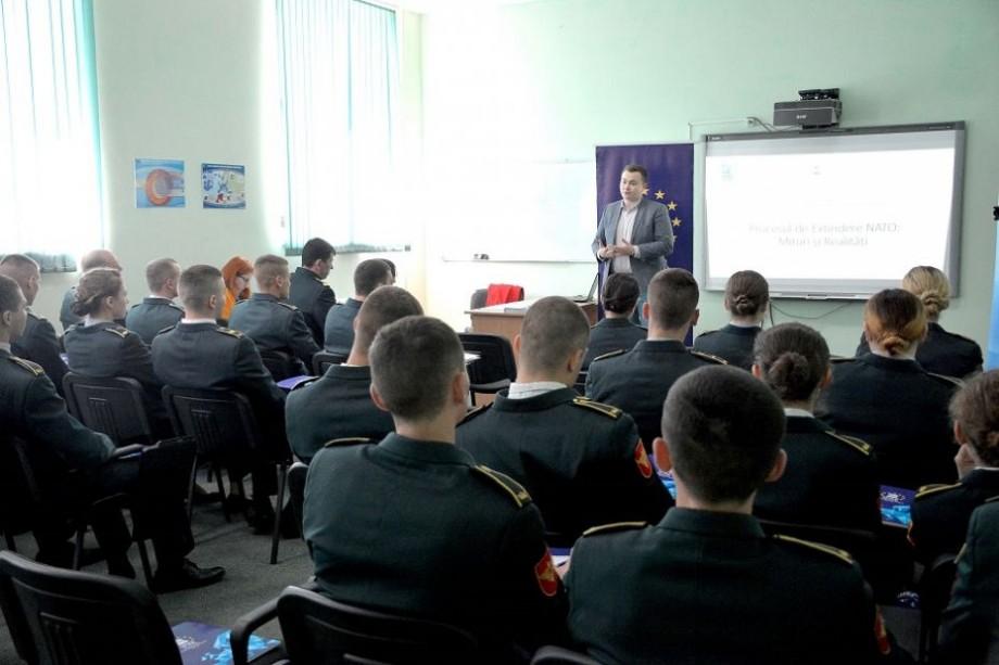 (foto) #youth4NATO. Studenții de la Academia Militară a Forțelor Armate au aflat mai multe despre activitățile NATO în cadrul unei lecții publice
