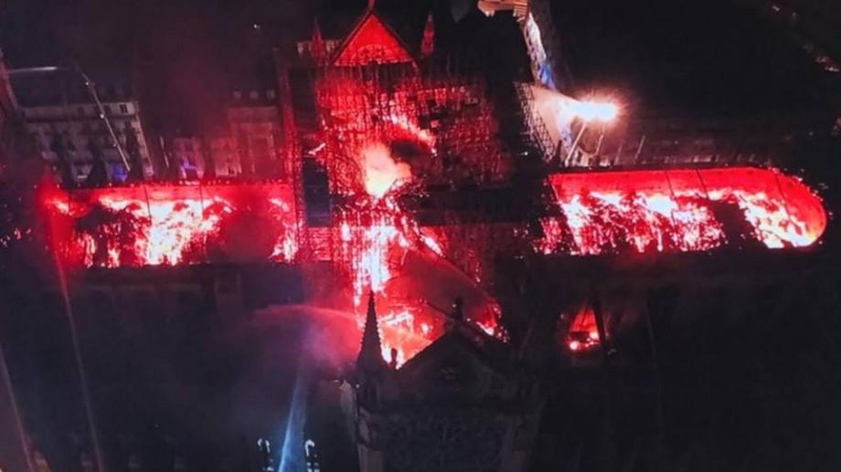 Simț al umorului negru ca tăciunea! Câțiva tineri din Moldova vând cenușă de la Notre Dame cu 5$ per gram