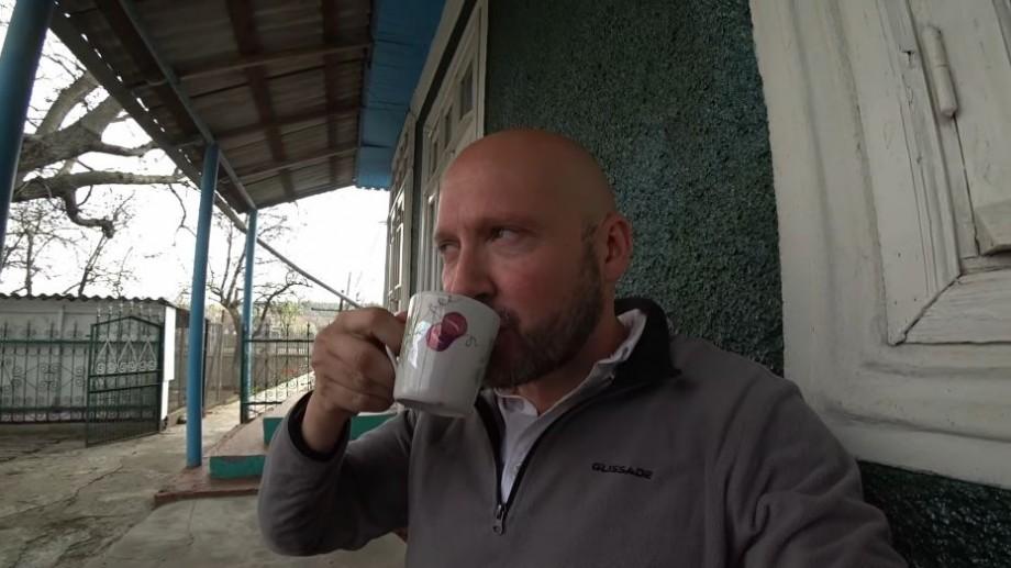 """(video) Vloggerul englez a vizitat un sat din Moldova. """"Vinul de casă e mai bun decât cel pe care l-am cumpărat în magazin"""""""