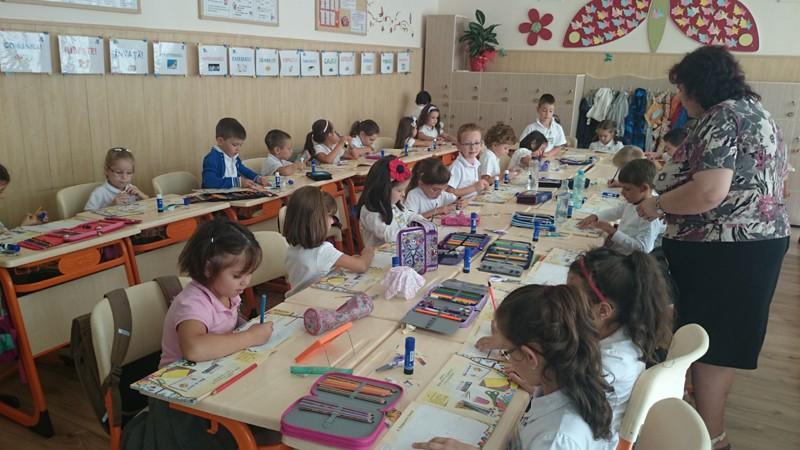 Metodologia de înscriere a copiilor în clasa I va fi modificată. Micuții născuți după 1 septembrie vor putea fi înscriși în turul I
