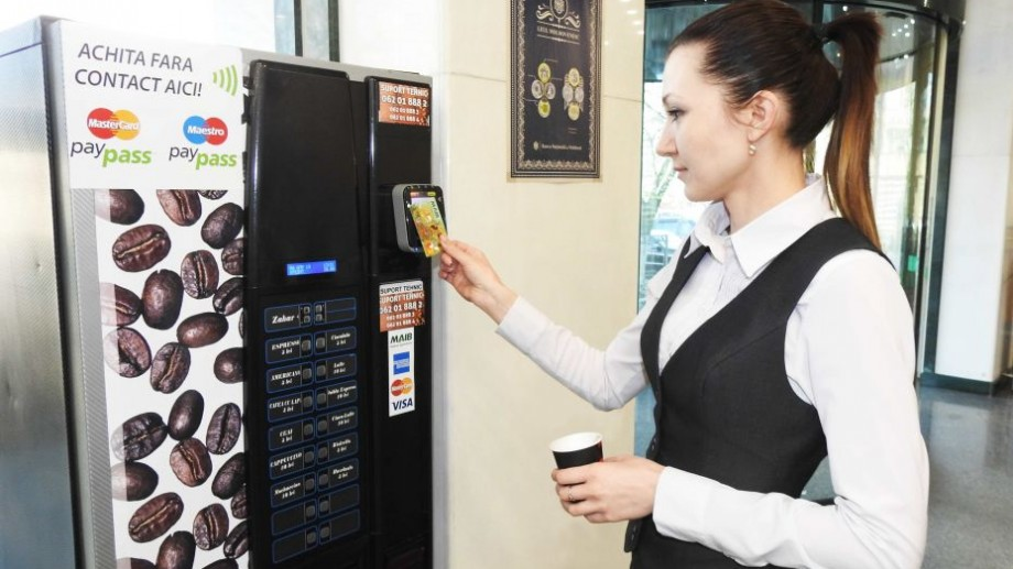 Cardul bancar – perfect şi pentru a achita la aparatele de cafea din sucursalele MAIB