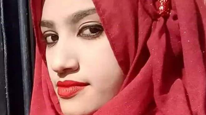 O tânără din Bangladesh a fost stropită cu benzină și arsă, pentru că a depus cerere împotriva directorului școlii care a hărțuit-o