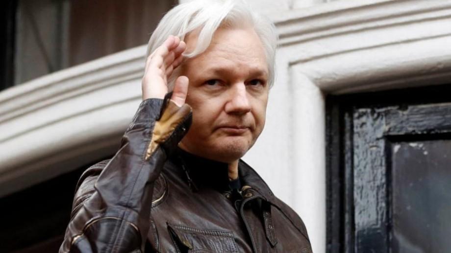 """Fondatorul """"WikiLeaks"""", Julian Assange, a fost arestat de poliția britanicăîn Ambasada Ecuadorului din Londra"""