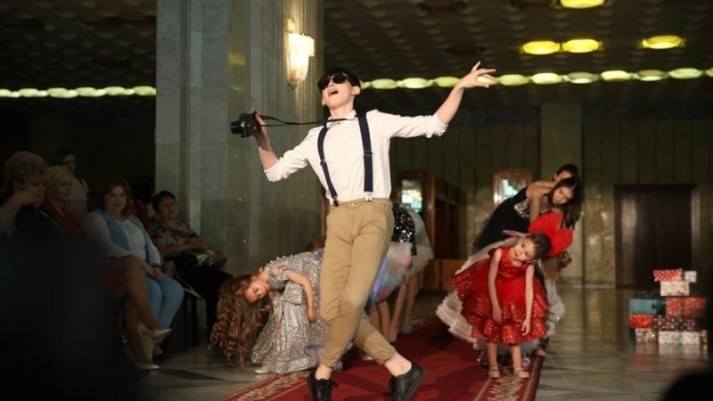 (foto) Copiii soarelui, micuții cu sindromul Down, au participat, în calitate de modele, la o prezentare de modă la Chișinău
